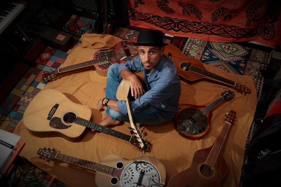 Lorenzo Piccone chitarra acustica ed elettrica, strumenti a corda e voce IMAGE